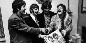 Beatles posam com o Lp Sgt. Pepper, de 1967