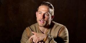 King Arthur' Photos Feature 'Hustler' Charlie Hunnam - screencrush.com