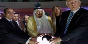 À esquerda o presidente egípcio, No centro o rei da Arábia Saudita e Trump à direta da tela (Agência de Imprensa Saudita / European Pressphoto Agency)