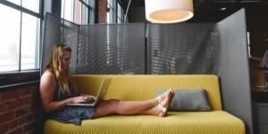 """Los """"MOOCs"""" nos permiten aprender desde cualquier lugar en cualquier momento. """"Working in the restroom"""" Por: startupstockphotos.com Vía freepick"""