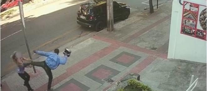 Vídeo mostra momento em que mulher leva chute no rosto ao ser assaltada