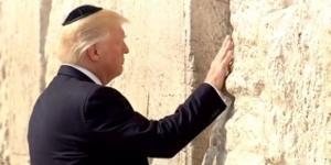 Il presidente Trump in raccoglimento davanti al Muro del Pianto