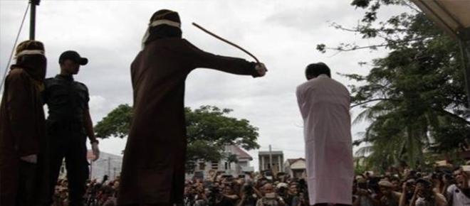 Saiba como foi o açoitamento de dois gays pegos transando na Indonésia