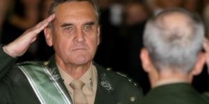 General Villas Boas batendo continência.