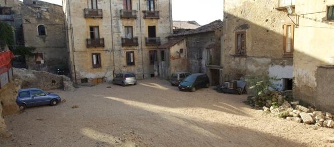 Palazzi fatiscenti nel centro storico di Cosenza e l'appello di una famiglia