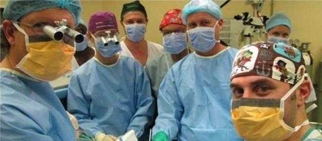 Rapaz negro recebe pênis transplantado de homem branco