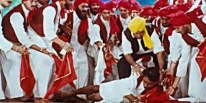 Bildfenster aus dem YouTube-Video: The Legend Of Bhagat Singh {HD} - Ajay Devgan - Amrita Rao - Sushant Singh - D Santosh