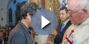 Kichi recibiendo la medalla de hermano del Nazareno