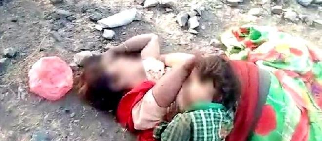 Imagem de bebê que tenta mamar na mãe morta revela a crueldade do ser humano