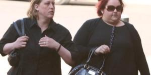 Da sinistra la madre di Alex ,Deborah e la matrigna Jennifer la ragazzina che nel 2013 presero a martellate. Ora sono state condannate.
