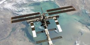La Stazione Spaziale Internazionale fotografata dallo Shuttle Discovery (NASA, Agosto 2005 - Wikipedia)