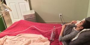 Una giovane donna è costretta a stare a letto con la maschera dell'ossigeno da quando è rimasta intossicata a causa di una fuga di gas