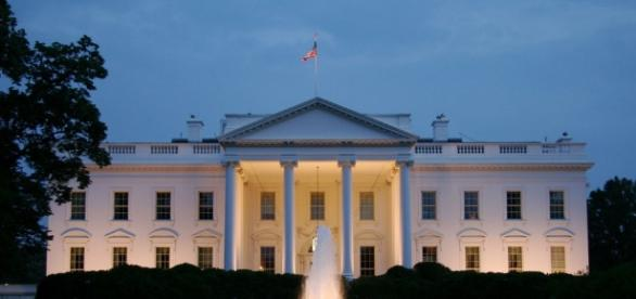 Something was going on last night with red lights flashing from inside the White House. Photo: Blasting News Library - popsci.com