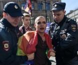 Policiais detendo gays na capital do país