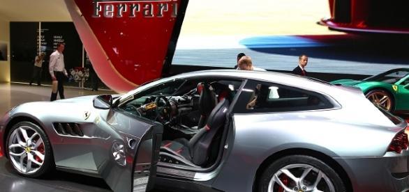 Nuova Ferrari GTC4 Lusso T, con motore V8 biturbo