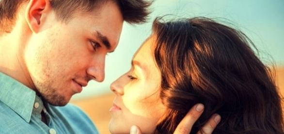 Seja com um sorriso ou com o jogar dos seus cabelos, use e abuse dos olhares sedutores e deixe ele cada vez mais louco por você