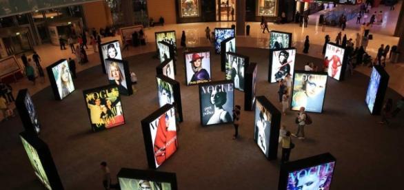 Exposición de las mejores portadas de la revista Vogue en Dubai.