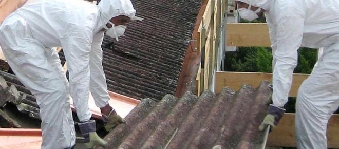 Brucia deposito di rifiuti a Roma Sud: allarme amianto