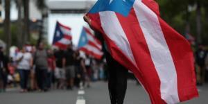 Manifestación en Puerto Rico con banderas del país.