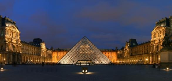Louvre - 2007 - esplanade CC BY