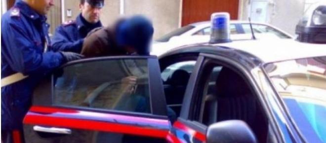 Doi români din Italia au furat o maşina de poliţie cu tot cu polițist