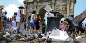 Una tipica immagine di Roma invasa dai rifiuti