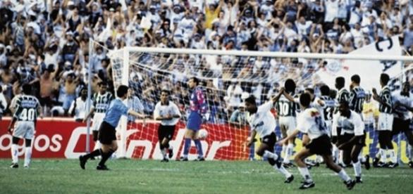 Marcelinho corre para comemorar gol marcado na decisão em 1995