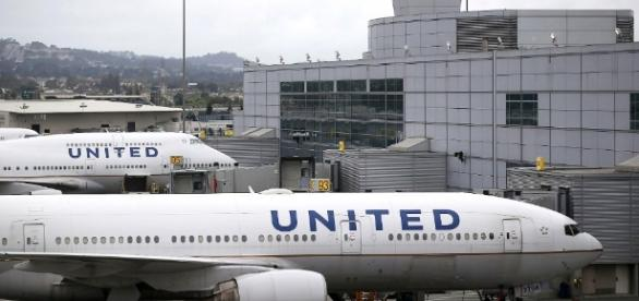 United Airlines in Twitter trouble over leggings rule - Mar. 26, 2017 - cnn.com