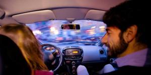 Al volante di un'auto elettrica