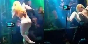 Joelma esquece coreografia e cai no palco (Foto: Reprodução/Youtube)