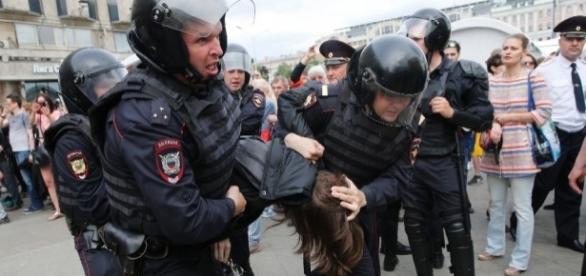 Peste 1.500 de persoane au fost reținute în timpul protestelor din Rusia luni, în Moscova și St. Petersburg - Foto: AFP / Maxim ZMEYEV