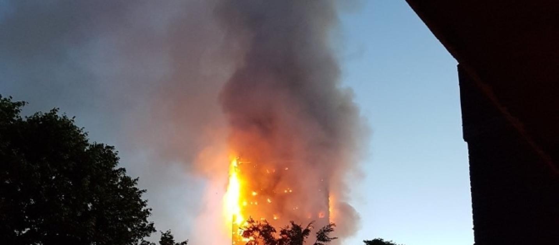 Londra trema ancora torre grenfell in fiamme for Piani di cabina della torre di fuoco