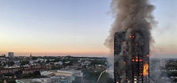 Resultado de imagem para Londres em chamas: mães lançam crianças pela janela do prédio para salvá-las