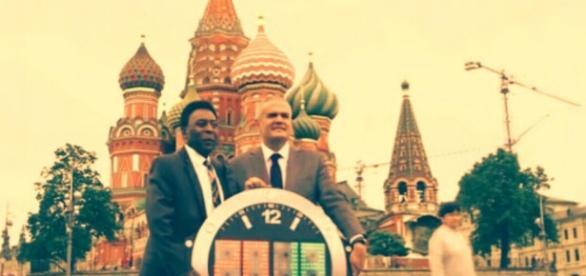 O maior futebolista da história, o Rei Pelé, posa feliz para foto que marcou o começo do Mundial