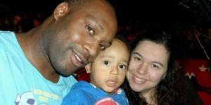 Rodrigo com os pais (Foto: Reprodução/ Facebook)