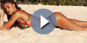 La bella Belen Rodriguez mentre posa in spiaggia