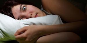 Empurrões para fora da cama ao dormir, entenda o motivo.