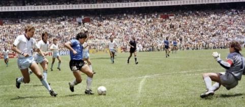 Diego Maradona sta per segnare il 'gol del secolo', il 22 giugno 1986