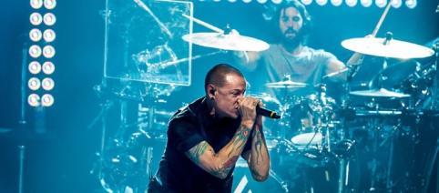 Linkin Park recibe el lanzamiento de un objeto en pleno concierto