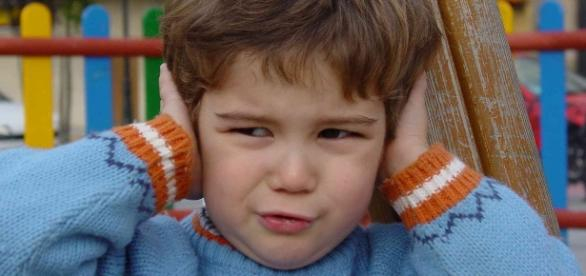 Little boy covering his ears. (via Wikimedia - Luis Miguel Bugallo Sánchez)