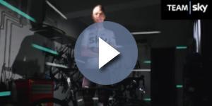 Chris Froome con la nuova maglia che il Team Sky avrà al Tour de France