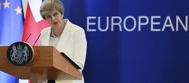 """Theresa May deși pusă la zid apără """"oferta corectă"""" de a lăsa cetățenii UE în UK"""