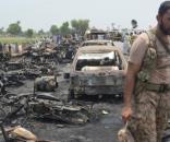 Explozie a unei cisterne de benzină răsturnată pe o autostradă din Pakistan, soldată cu 148 de morți - Foto: The Guardian (Faisal Kareem/EPA)
