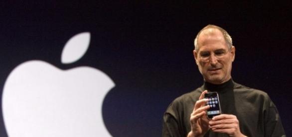 Steve Jobs presenta il 1° iPhone alla Convention Macworld del 2007 - qnm.it
