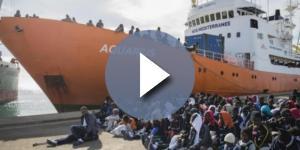 La nave Aquarius della Ong Sos Mediterranee mentre sbarca un 'carico' di migranti in Italia