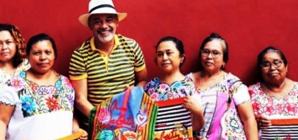 El diseñador francés, Christian Louboutin, pagó 235 pesos a bordadoras mayas por bolsa valuda en 28 mil pesos en el mercado internacional.
