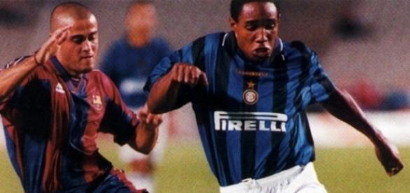 Paul Ince contrastato da Luis Enrique in Barcellona-Inter del 1996, finale del trofeo 'Gamper'