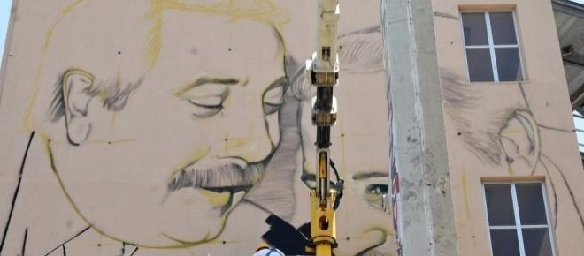 Un gigantesco murales di Falcone e Borsellino domina la Cala di Palermo