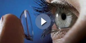 Operata con 27 lenti a contatto nell'occhio.