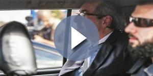 Eduardo Cunha saindo da sede da Polícia Federal para prestar depoimento
